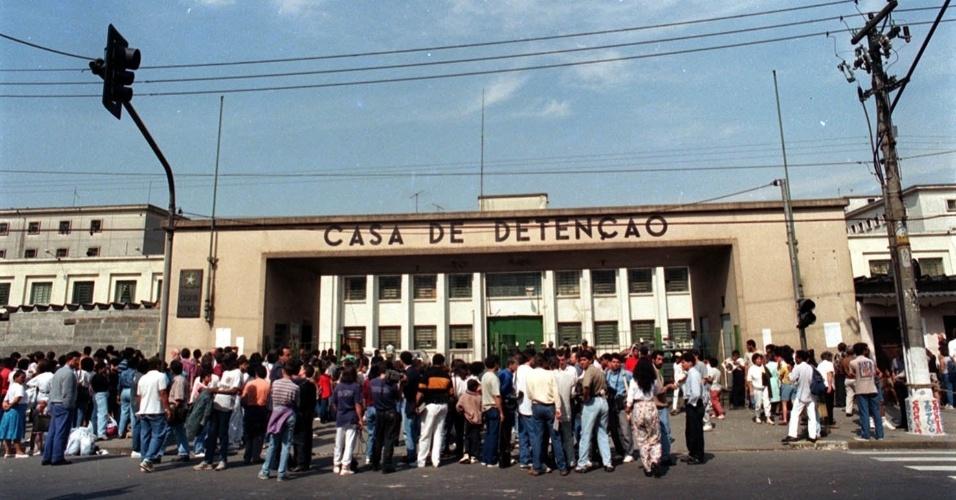 Pessoas se aglomeram em frente à Casa de Detenção de São Paulo, no Carandiru, três dias após operação policial que deixou 111 presos mortos. O Tribunal de Justiça de São Paulo marcou o julgamento do caso para o dia 28 de janeiro de 2013, quando 28 réus serão julgados sobre a ação policial que resultou em 111 mortes