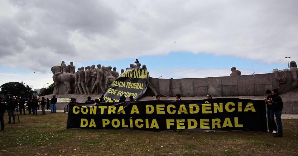 27.set.2012 - Policiais federais em greve exibem faixa durante manifestação no Monumento às Bandeiras, em São Paulo. Os policiais estão parados desde o dia 7 de agosto
