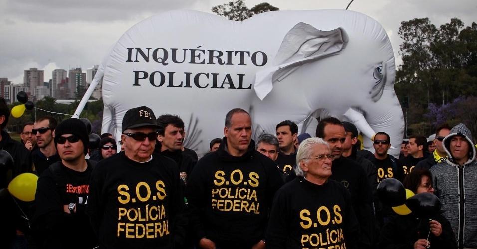 27.set.2012 - Policiais federais em greve participam de manifestação da categoria em frente a elefante branco, no Monumento às Bandeiras, em São Paulo. Os policiais estão parados desde o dia 7 de agosto