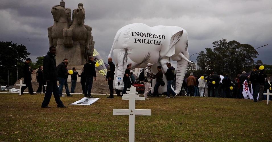 27.set.2012 - Um elefante branco foi levado pelos policiais federais em greve à manifestação realizada no Monumento às Bandeiras, em São Paulo. Os policiais estão parados desde o dia 7 de agosto