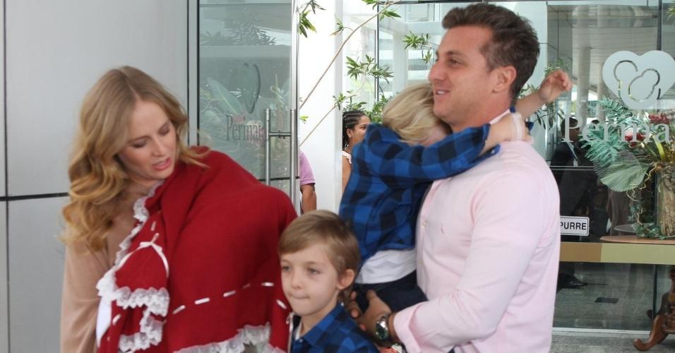 Acompanhos dos filhos Joaquim e Benício, Angélica e Luciano Huck deixam a maternidade com a filha recém-nascida Eva.