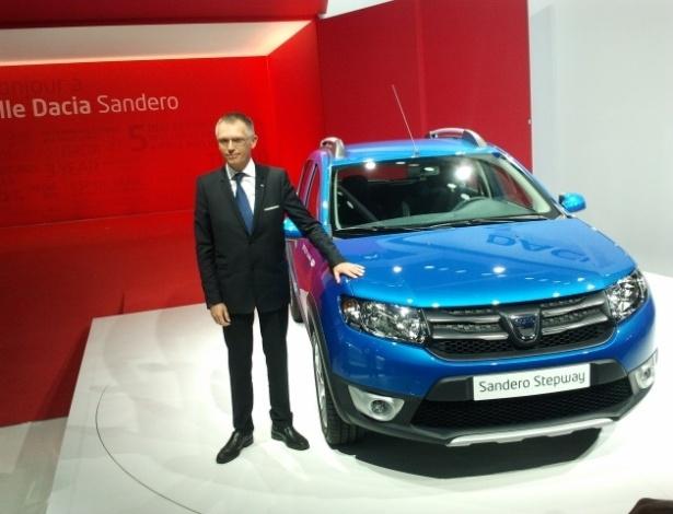 Carlos Tavares, presidente da Dacia, ao lado da segunda geração do Sandero Stepway