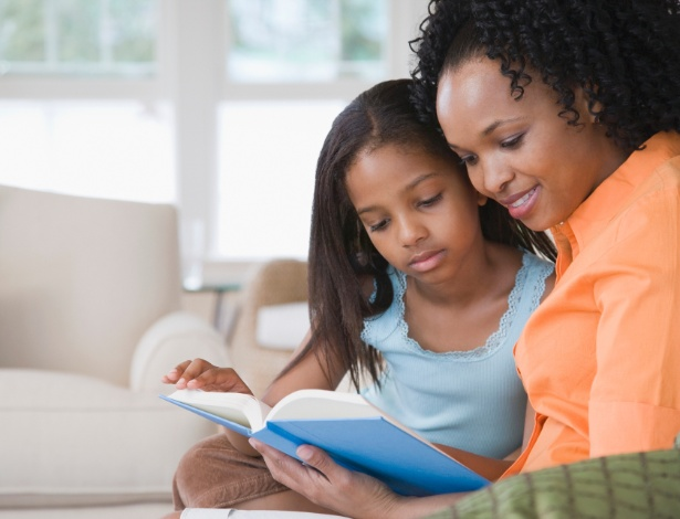 Ler para seu filho que ainda não se alfabetizou fará com que ele tome gosto pela leitura