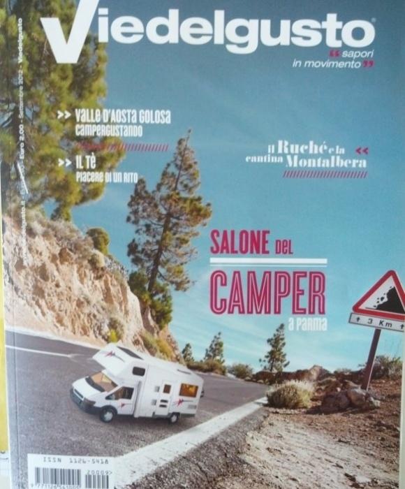 Em mais um desastre do Photoshop, a capa da revista aparece com um carrinho de brinquedo inserido em uma estrada de verdade. Só faltou acertar a proporção, mas deve ter faltado orçamento...