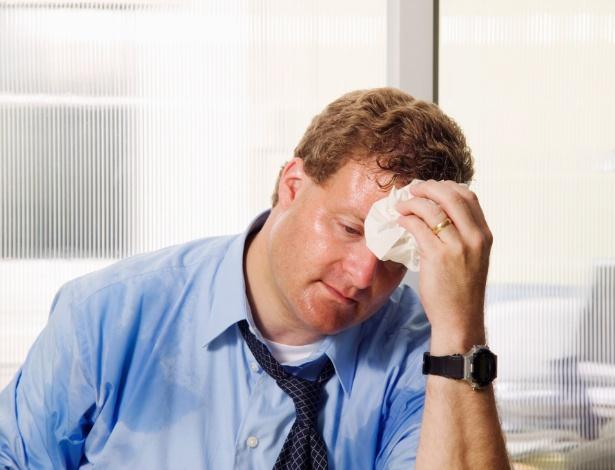 Além do constrangimento de ficar com as roupas molhadas, a hiperidrose afeta a atividade profissional: portadores podem não conseguir nem segurar uma caneta por causa do excesso de suor nas mãos