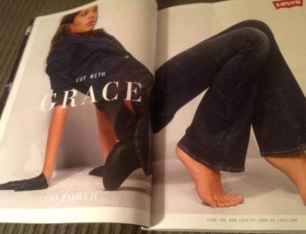 Nesse anúncio da Levis, a modelo aparece com dois pés descalços na página da direita e um terceiro com sapato. Na página da esquerda