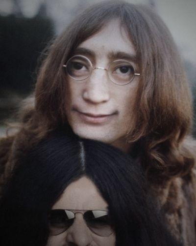 """O site """"BuzzFeed"""" reuniu fotos de celebridades que foram alteradas por usuários e publicadas no fórum """"SomethingAwful"""". As pessoas nas fotos tiveram os rostos invertidos entre elas, causando um efeito estranho. Na foto, John lennon e Yoko Ono"""