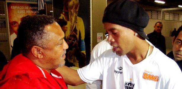 Ronaldinho Gaúcho cumprimenta um conhecido após partida no Engenhão