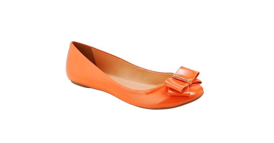 Sapatilha laranja com lacinho; R$ 59,90, na Mundial Calçados (www.mundialcalcados.com.br). Preço pesquisado em setembro de 2012 e sujeito a alterações