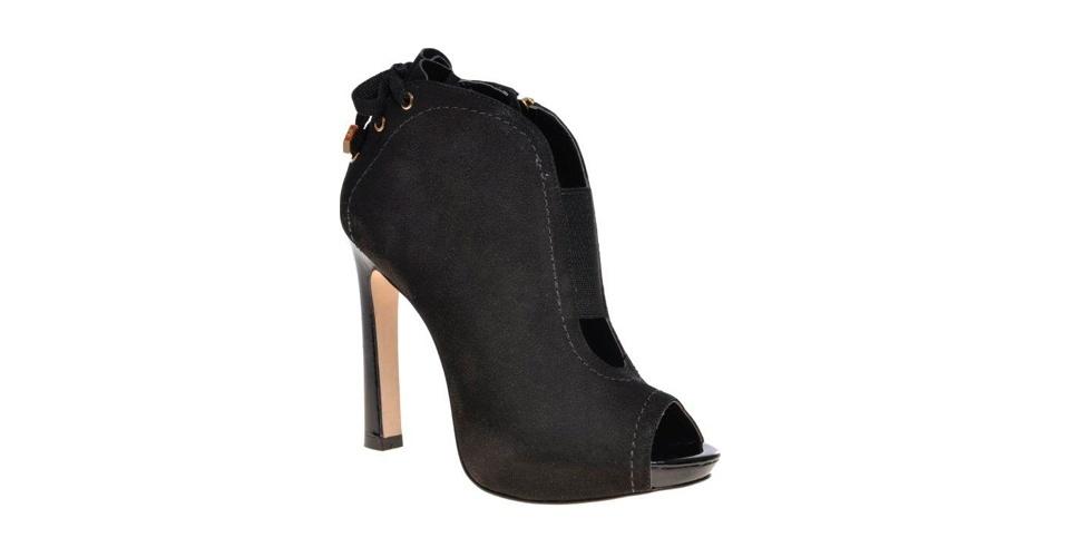 Sapato preto fechado de salto; R$ 339, na Jorge Bischoff (www.jorgebischoff.com.br). Preço pesquisado em setembro de 2012 e sujeito a alterações