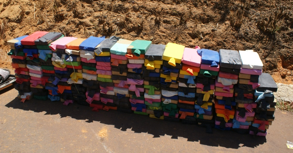 28.set.2012 - A Polícia Militar mineira apreendeu 236 quilos de maconha que estavam armazenados dentro de balões de festas. A droga foi encontrada nesta dentro de uma caminhoete que capotou na BR-365, próximo à cidade de Ibiaí, em Minas Gerais. De acordo com a PM, os ocupantes d