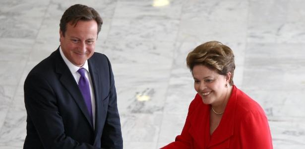 O primeiro-ministro britânico, David Cameron, cumprimenta a presidente Dilma Rousseff