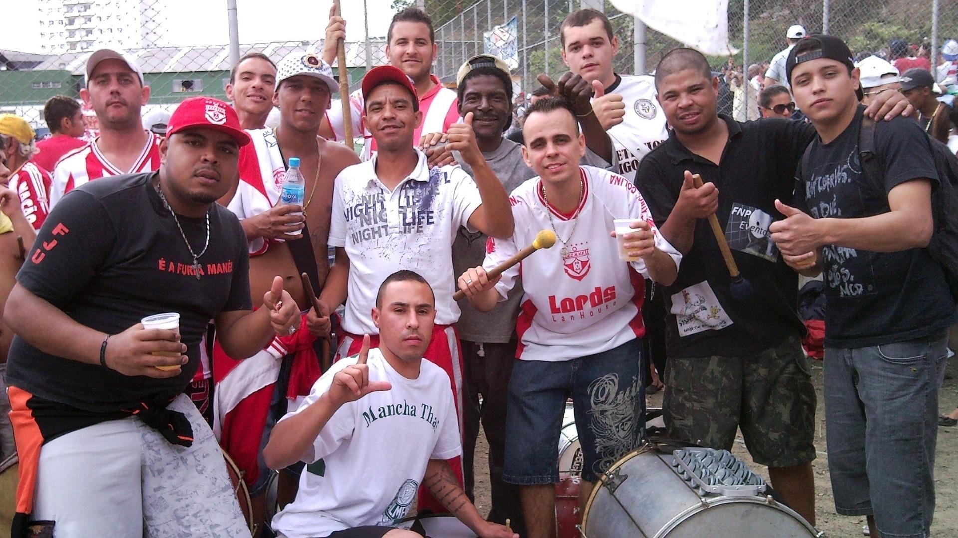 Cristiano da Silva, ao centro, com membros da bateria que ele ajudou a formar