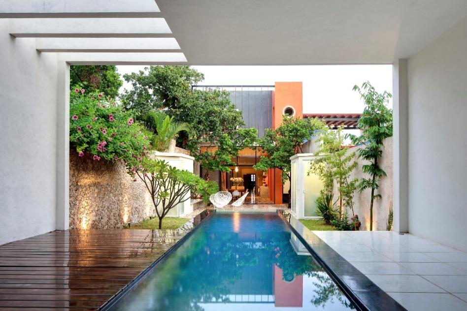 Cores fortes, ladrilhos antigos e piscina integrada são destaques de ...