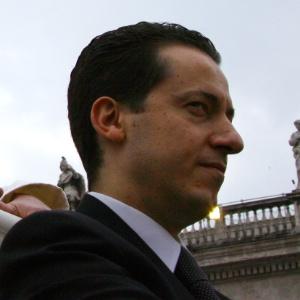 Paolo Gabriele, ex-mordomo do papa Bento 16 que deu origem ao caso VatiLeaks - em-foto-de-arquivo-o-mordomo-paolo-gabriele-esq-acompanha-o-papa-bento-16-durante-a-audiencia-geral-na-praca-de-sao-pedro-no-vaticano-1348879780912_300x300
