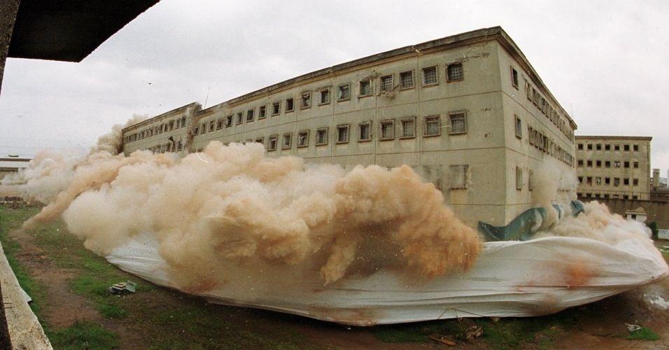 Momento em que o pavilhão 8 da Casa de Detenção do Carandiru é implodido, em São Paulo (SP), em 2002. O maior presídio da América Latina tinha mais de 7 mil presos. Em seu lugar, foi construído o Parque da Juventude