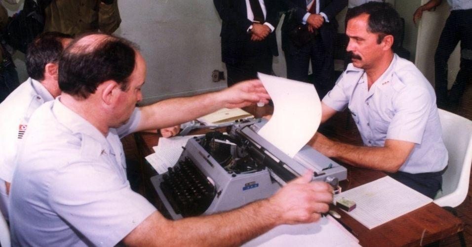 O coronel Ubiratan Guimarães presta depoimento em 1992 no quartel da Polícia Militar, em São Paulo. Ubiratan assumiu a responsabilidade pela invasão do pavilhão 9, no dia 2 de outubro de 1992, que resultou na morte de 111 presos. Ele morreu em 2006, vítima de assassinato. A principal suspeita é a advogada Carla Cepollina, que mantinha relacionamento o coronel. Cepollina aguarda julgamento