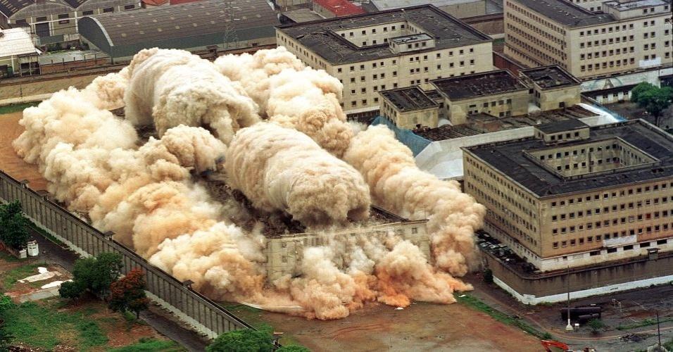 Três pavilhões do Complexo do Carandiru, em São Paulo, foram implodidos em 2002. A implosão durou sete segundos e ocorreu dez anos após o massacre no qual morreram 111 presos. O maior presídio da América Latina tinha mais de 7 mil presos. Em seu lugar, foi construído o Parque da Juventude