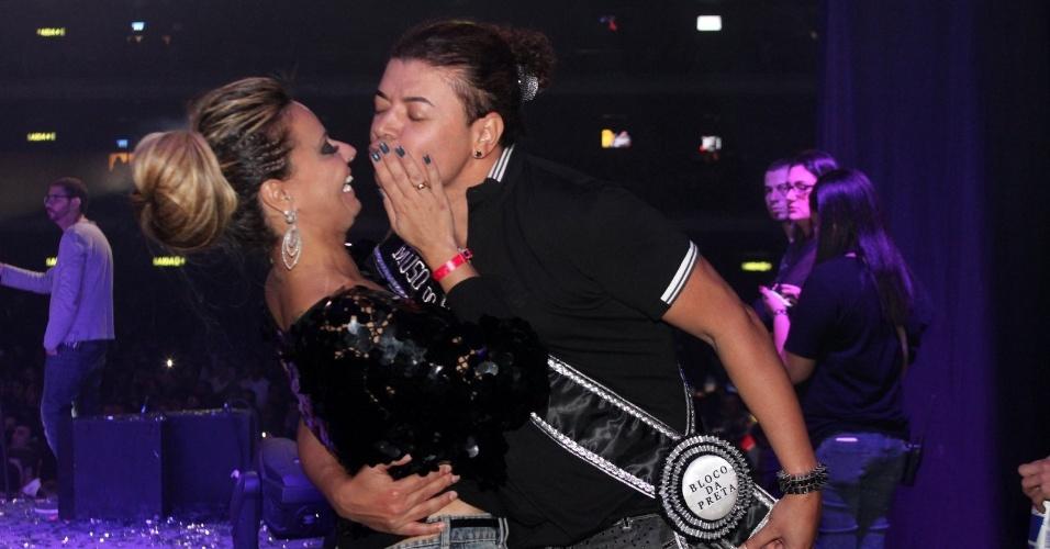 Viviane Araújo dá selinho em David Brazil no show da cantora Preta Gil, no Rio de Janeiro (27/9/12)