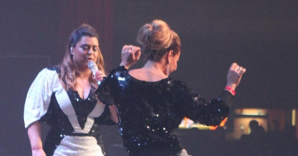 Viviane Araújo samba no palco do show da cantora Preta Gil, no Barra Music, Rio de Janeiro (27/9/12)