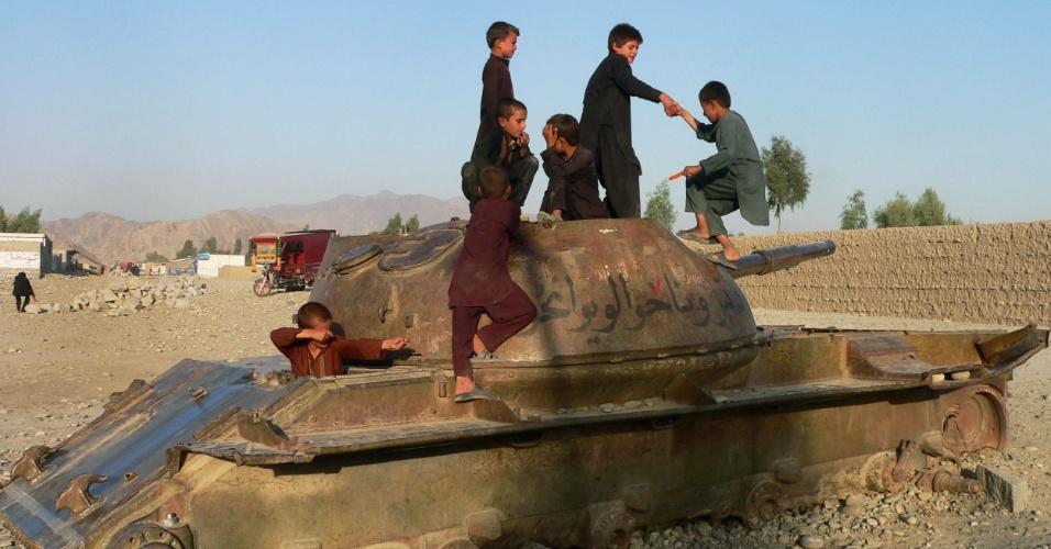 29.set.2012 - Meninos afegãos brincam em cima de tanque destruído da antiga União Soviética em Jalalabad (Afeganistão)