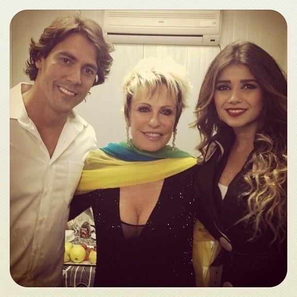 Ana Maria Braga publicou em seu Twitter uma foto com a cantora Paula Fernandes com o namorado, Henrique, nos bastidores do Brazilian Day em Lisboa.