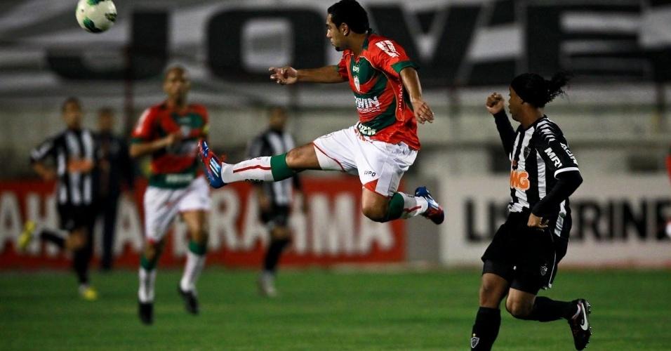Boquita e Ronaldinho disputam jogada na partida entre Atlético-MG e Portuguesa