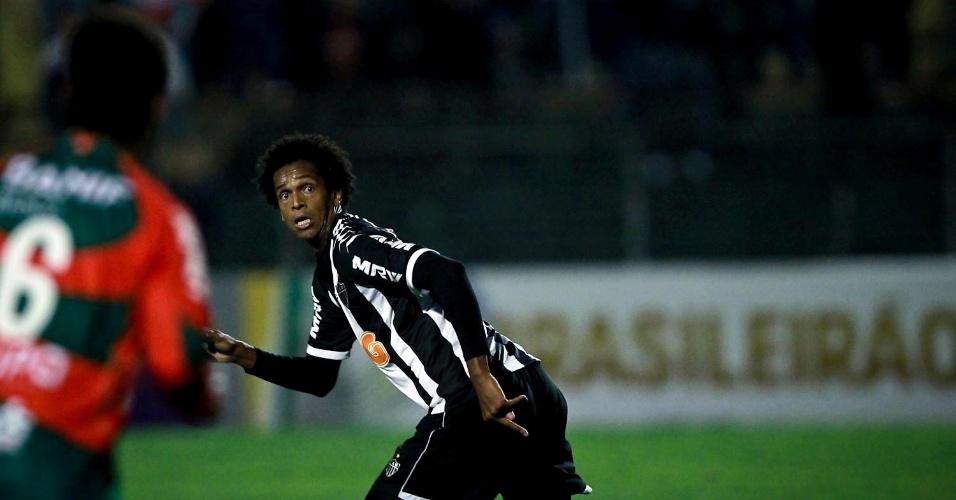 Jô tenta alcançar bola em jogo do Atlético contra a Portuguesa (29/09/2012)