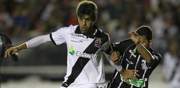 Juninho disputa a bola com jogador do Figueirense em vitria do Vasco
