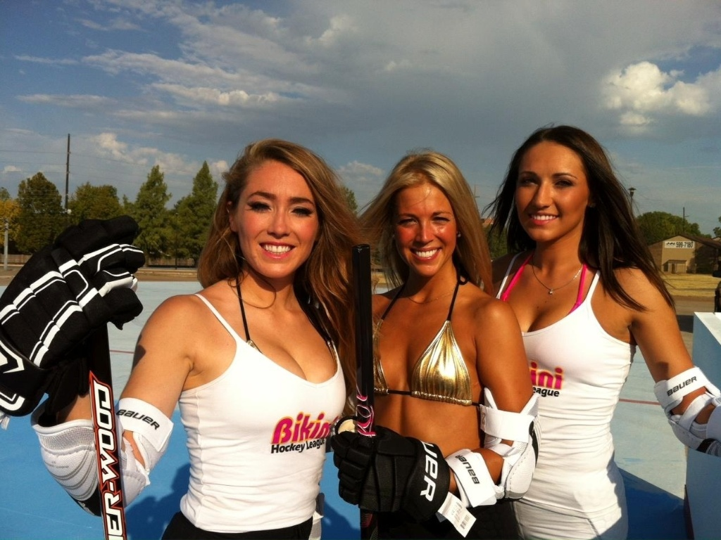 Lindas garotas exibem seus biqunis na BHL (Bikini Hockey League)
