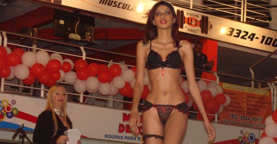 """30.set.2012 - Substituindo os biquínis caretas por ousadas lingeries, as concorrentes, com idades variadas, desfilaram em busca da coroação no """"Miss Prostituta"""", em Minas Gerais"""