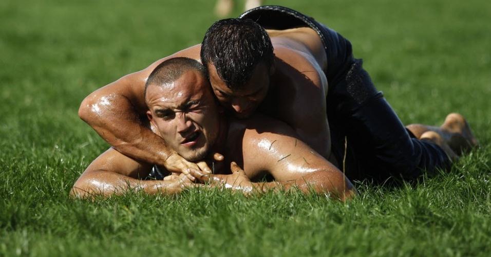 Atletas participam de uma competição de luta olímpica com óleo em Cherna, a 410 km de Sofia, na Bulgária (30/09/2012)