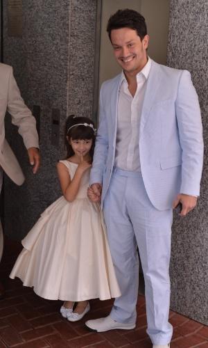 Carlos Henrique chega com a filha em sua festa de casamento com a atriz Emanuelle Araújo, no Rio (30/9/12)