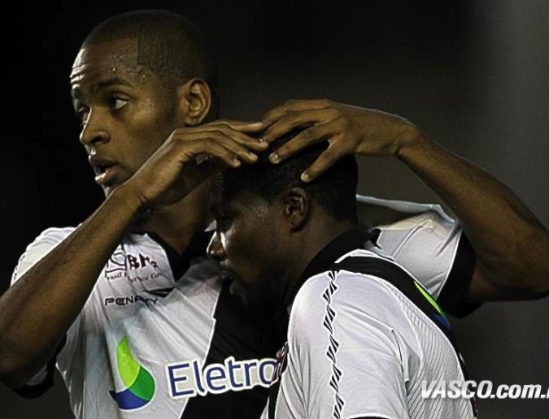 Dedé e Tenório comemoram gol do Vasco em partida contra o Figueirenese