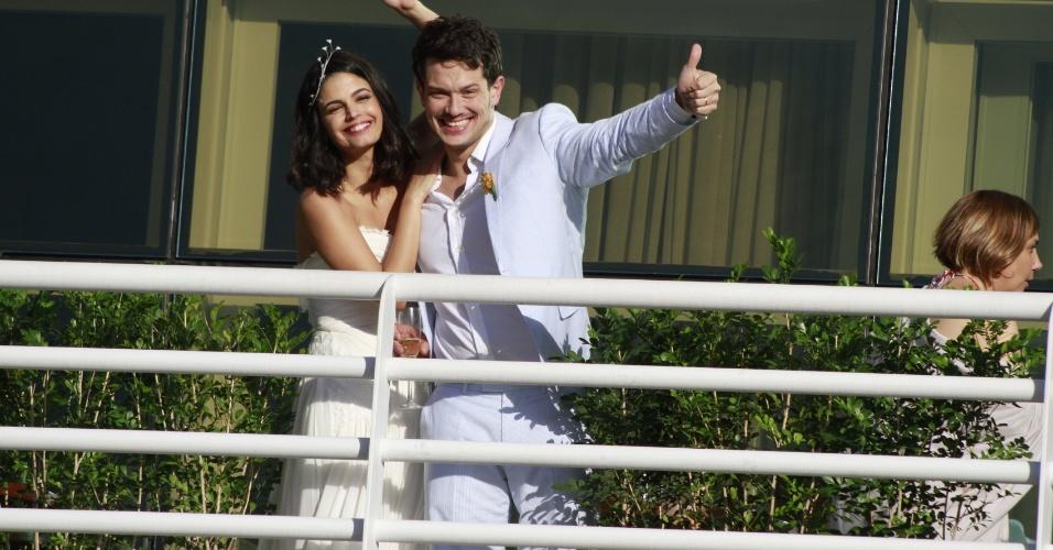 Emanuelle Araújo e Carlos Henrique acenam para os fotógrafos em sua festa de casamento no Miranda, Rio de Janeiro