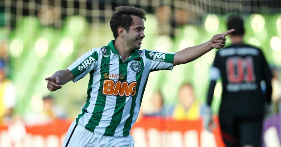 Everton Ribeiro comemora gol do Coritiba sobre o São Paulo após superar Rogério Ceni em cobrança de pênalti