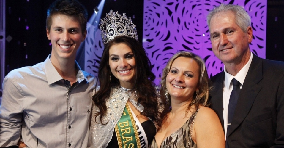 Gabriela Markus posa ao lado do pai, da mãe e do irmão após vencer o título de Miss Brasil 2012