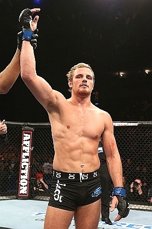Gunnar Nelson comemora vitria em sua estreia no UFC