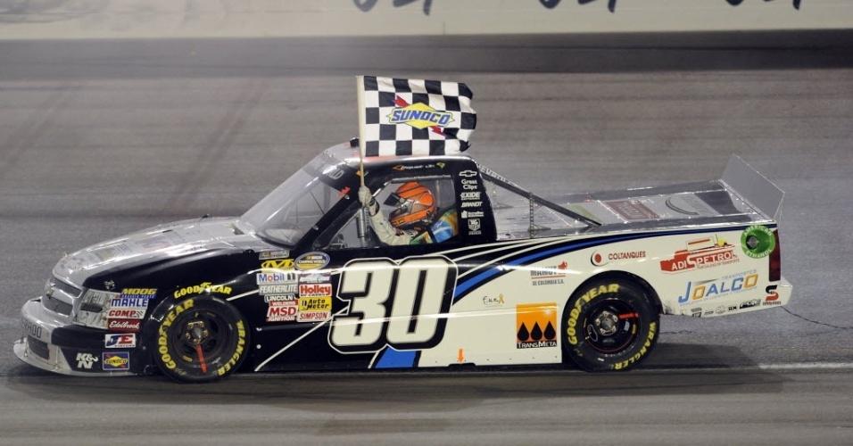 O piloto brasileiro Nelsinho Piquet comemora vitória na prova de Las Vegas, da Truck Series