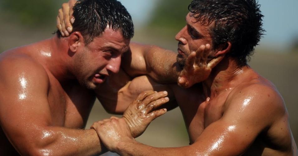 Os competidores são encharcados de óleo nesta bizarra modificação da luta olímpica, num evento tradicional da Bulgária