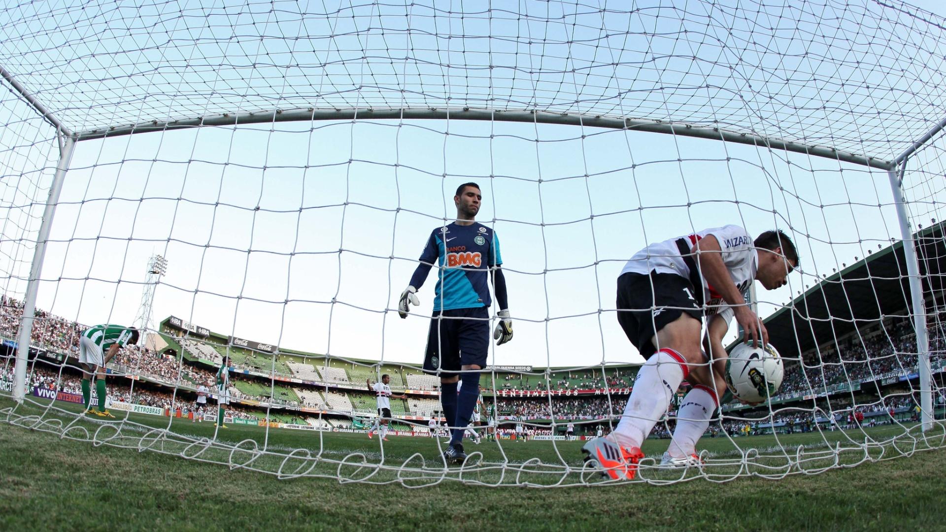 Osvaldo pega a bola no fundo da rede após empatar o jogo do São Paulo contra o Coritiba no Couto Pereira
