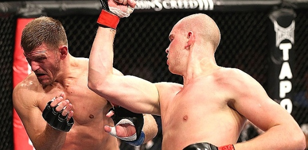 Stefan Struve, da Holanda, tenta golpear Stipe Miocic em sua vitria por nocaute na luta principal do UFC de Nottingham