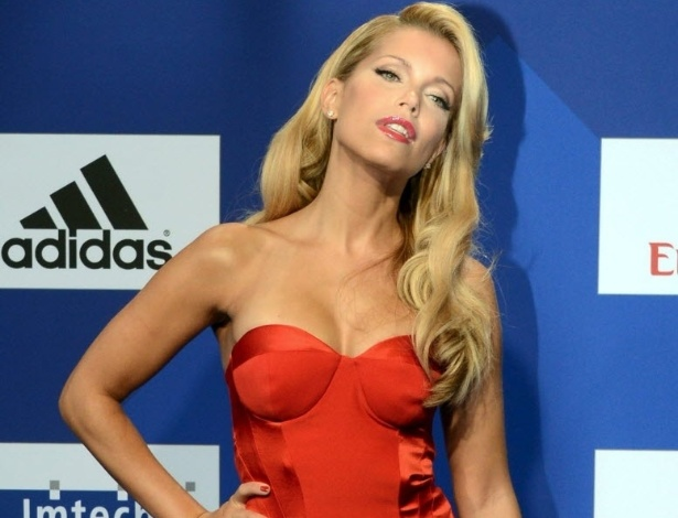 Set.2012 - Sylvie van der Vaart posa para foto na festa de gala em comemorao aos 125 anos do Hamburgo, equipe do seu marido Rafael van der Vaart