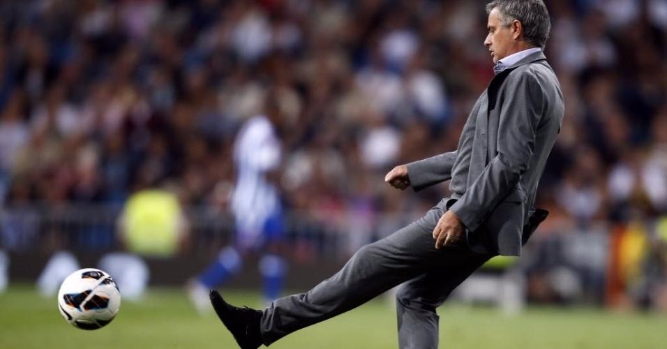 Técnico do Real Madrid, José Mourinho, chuta a bola de volta para o campo durante partida contra o Real Madrid