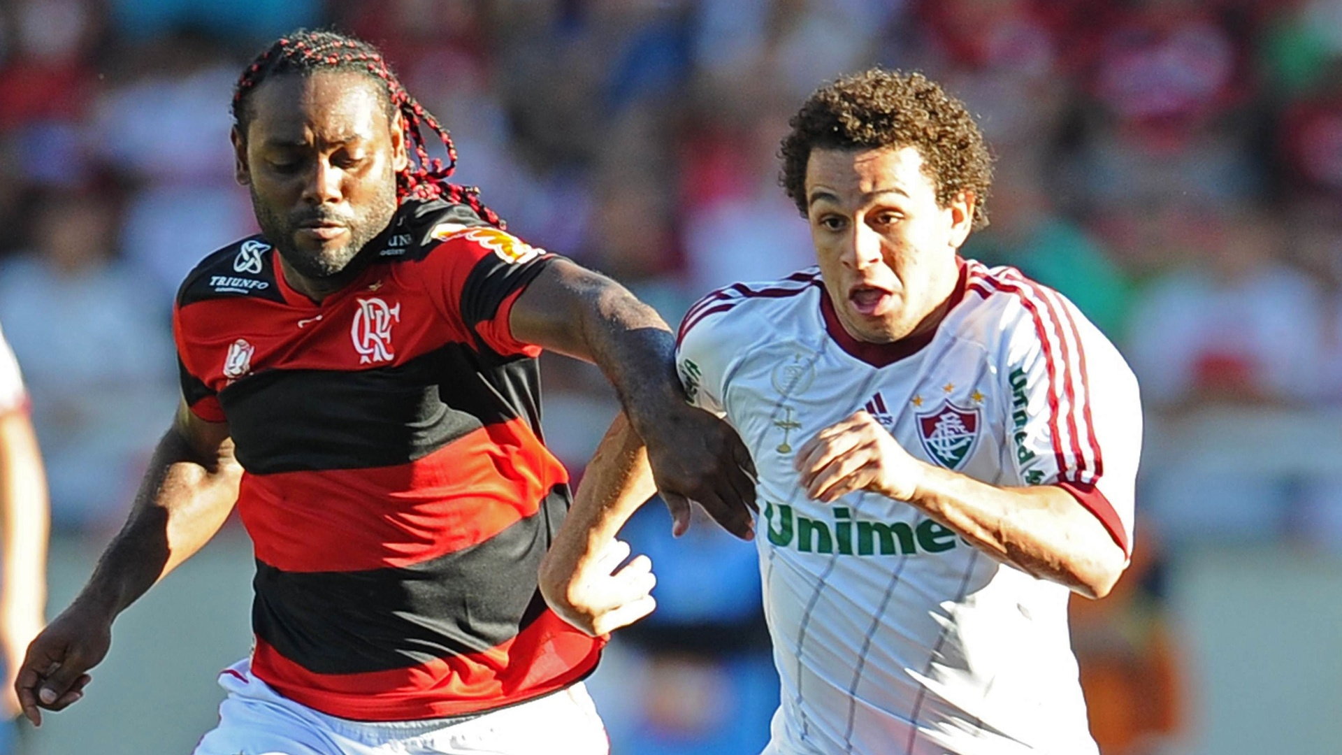 Vagner Love tenta roubar a bola de Wellington Nem no clssico entre Flamengo e Fluminense, pela 27 rodada do Brasileiro
