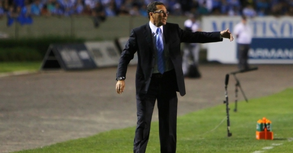 Vanderlei Luxemburgo comanda o Grêmio em jogo contra o Santos