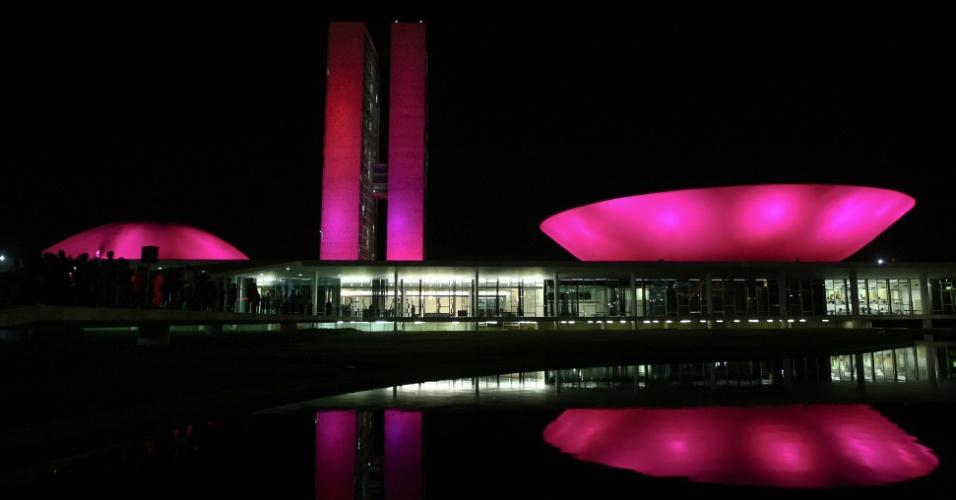 01.out.2012 - Congresso Nacional iluminado de rosa apos a sessão solene do Congresso Nacional em homenagem ao movimento Outubro Rosa. O movimento existe no mundo inteiro e tem o objetivo de promover a luta contra o câncer de mama.