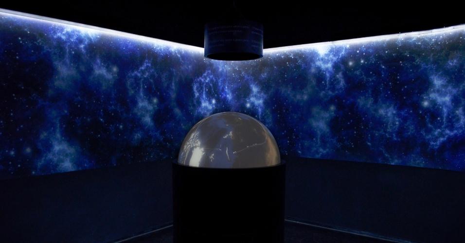 01.out.2012 - Os visitantes do espaço Catavento, museu de ciência e tecnologia em São Paulo, poderão explorar o sistema solar em um globo interativo. A superfície acrílica e luminosa projeta imagens em alta definição e permite que o público conheça rotas de correntes marítimas, as temperaturas dos oceanos da Terra, além das diversas curiosidades sobre os astros da nossa galáxia. O espaço cultural fica aberto de terça-feira a domingo, das 9h às 17h, e custa R$ 6