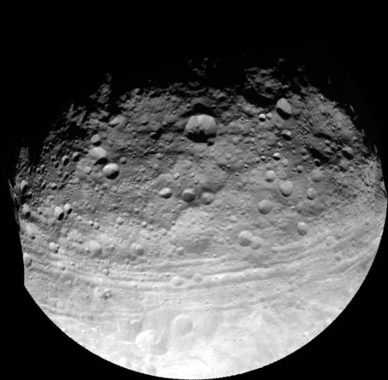 01.out.2012 - Sonda Dawn, que está há cinco anos no espaço, faz registro do asteroide Vesta. Com 530 quilômetros de diâmetro, o gigante é o segundo maior corpo celeste no cinturão de asteroides entre os planetas Marte e Júpiter