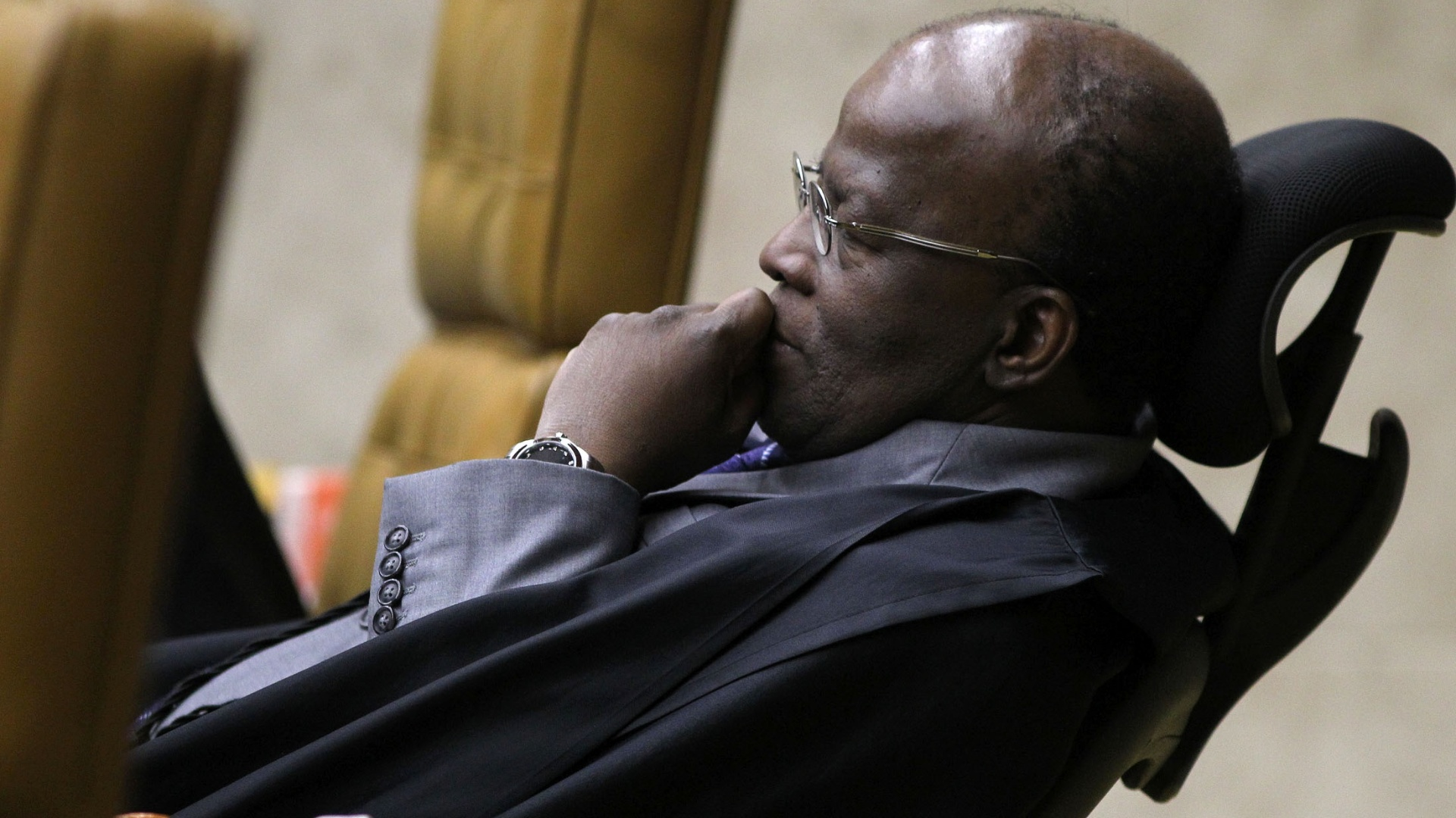 1.out.2012 - Ministro relator do processo, Joaquim Barbosa acompanha o processo em uma cadeira diferente devido a um problema de coluna